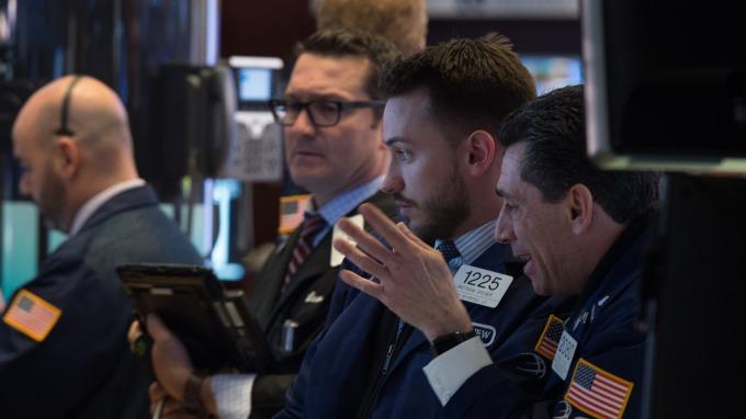 週一美股盤前,道瓊期指跌逾百點。(圖:AFP)