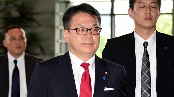 日本經濟產業大臣世耕弘成,要求日本四大便利超商業者作出「行動計畫」 (圖:AFP)