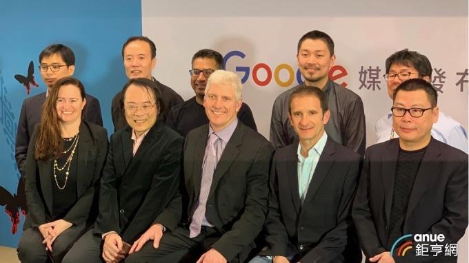 Google裝置與服務資深副總裁Rick Osterloh(前中)、Google台灣董事總經理簡立峰(前左二)。(鉅亨網記者林薏茹攝影)