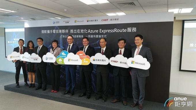 是方再度與微軟合作擴大雲端服務布局,圖右二為是方董事長吳彥宏。(鉅亨網記者彭昱文攝)