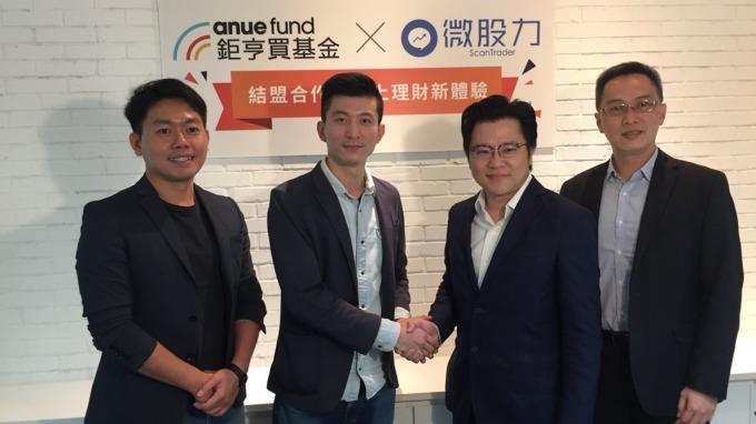 左起:左一「微股力」策略長溫明輝、執行長劉韋男,「鉅亨買基金」副董事長謝文淵、總經理張榮仁。(圖:鉅亨買基金提供)