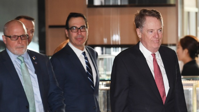 美國貿易代表萊特海澤 (右) 與梅努欽 (中) 抵達北京進行新一輪談判。(圖:AFP)