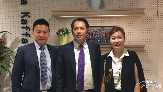 六角董事長王耀輝(中)與六腳執行副總王麗玉(右)、王座總經理林子恒(左)。(鉅亨網記者王莞甯攝)