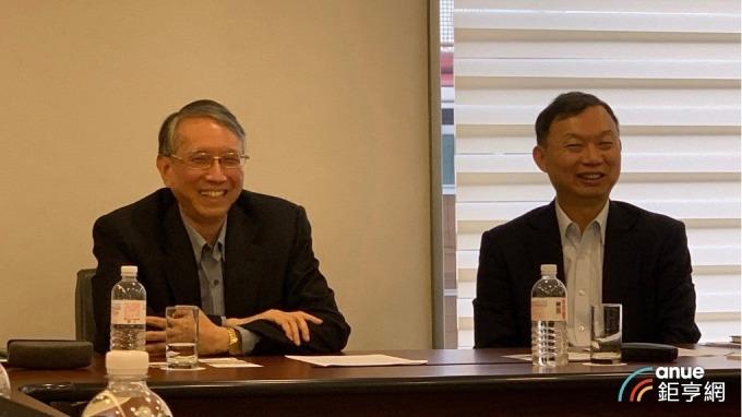 右起為永大總經理蔡鋒杰、經營管理處協理林東昇。(鉅亨網記者林薏茹攝)