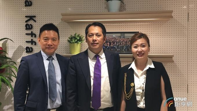 六角董事長王耀輝(中)與六腳執行副總王麗玉(右)、王座總經理林子恒(左)。(鉅亨網資料照)