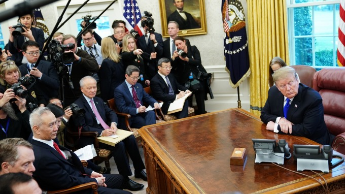 貿易談判就要打上句號?川普將在白宮接見中國副總理劉鶴。(圖:AFP)
