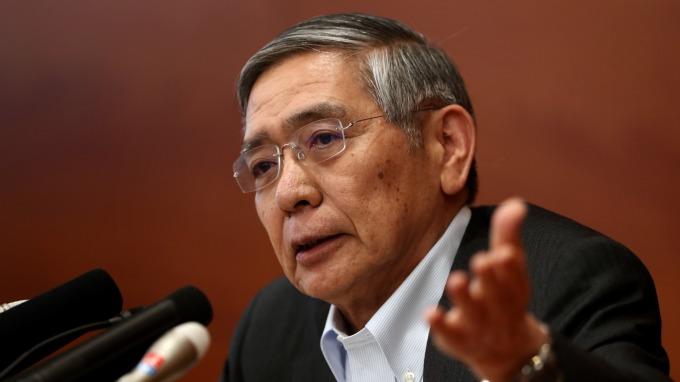 日央行總裁黑田東彥表示,景氣持續緩慢擴張、朝2%通膨目標逐漸提高上升率 (圖:AFP)