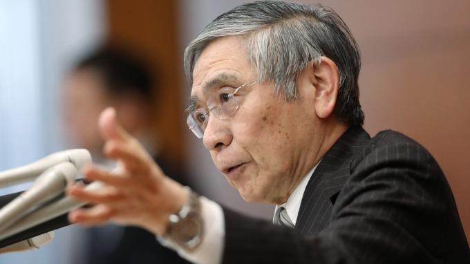 日央行黑田東彥總裁表示,2%通膨目標有助匯率穩定 (圖:AFP)