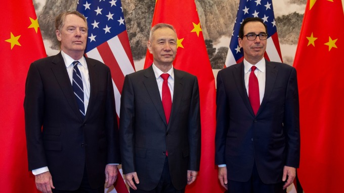 美國財政部長梅努欽(右) 與中國國務院副總理劉鶴 (中)。(圖:AFP)
