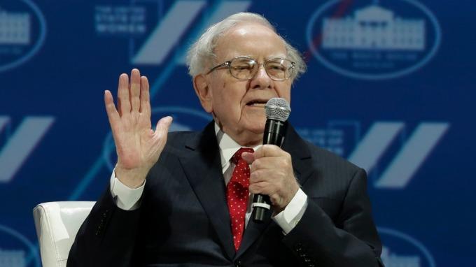 巴菲特認為,作為CEO,馬斯克還有改進的空間。(圖:AFP)