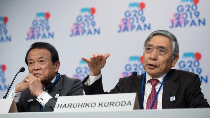 日本央行總裁黑田東彥(右)與財務大臣麻生太郎(圖:AFP)