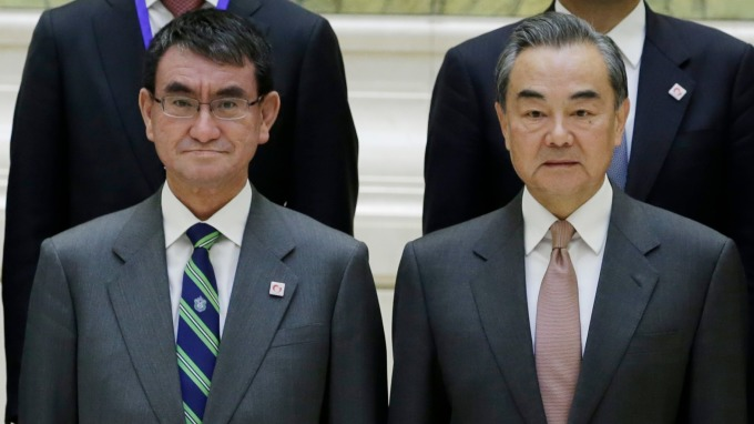 出席「第五次日中經濟高層對話」的日本外務省大臣河野太郎,以及中國外相王毅 (圖:AFP)