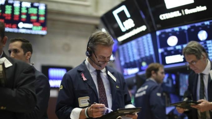 週一 (15日) 銀行股集體收低,美股四大指數同步挫跌。(圖:AFP)