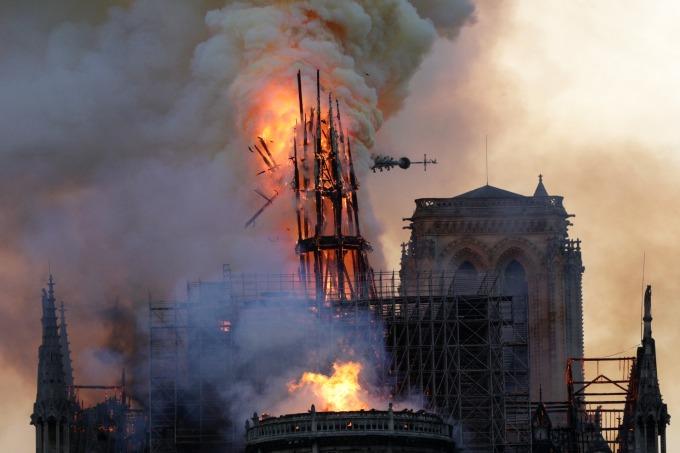 法國「巴黎聖母院」大教堂失火導致尖塔結構倒塌。(圖:AFP)
