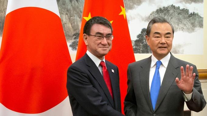 日本外務省大臣河野太郎,與中國國務委員兼外長王毅 (圖:AFP)