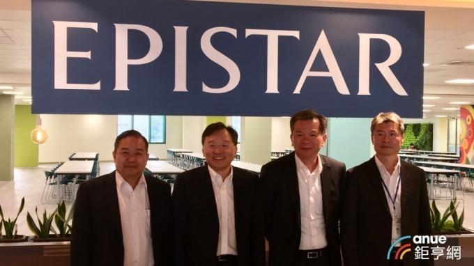 左起為晶電總經理范進雍、董事長李秉傑、前晶成半導體總經理周銘俊、晶電財務副總張世賢。(鉅亨網資料照)