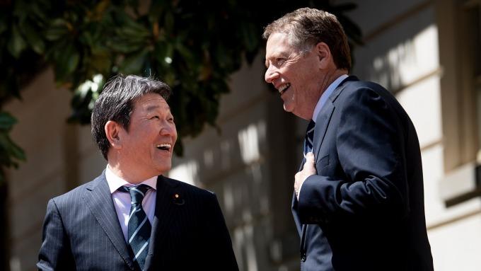 日本經濟財政‧再生大臣茂木敏充,與美國貿易代表署代表萊特海澤在華府結束會談 (圖:AFP)