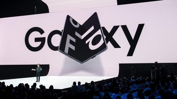 三星 Galaxy Fold 為全球首款 7.3吋 螢幕手機。(圖:AFP)