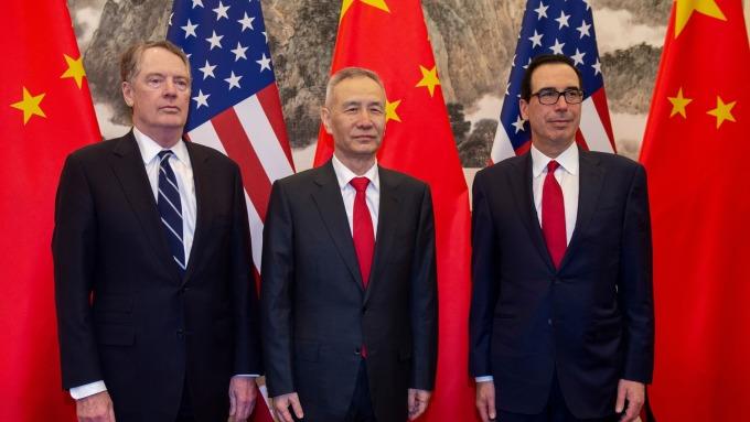 萊特海澤 (左)、劉鶴 (中) 與梅努欽將重啟面對面磋商。(圖:AFP)