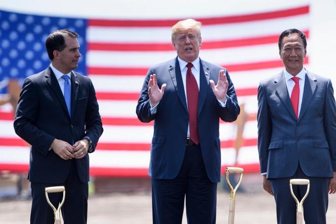 鴻海威州廠項目是在共和黨州長 Scott Kevin Walker 和美國總統川普 (中) 的支持下開始進行。(圖:AFP)