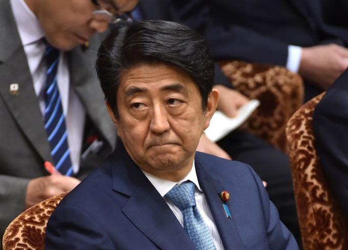 日本政府在過去皆口徑一致表示「若是沒有發生像是雷曼兄弟般的大事件,消費稅增稅將會依照原定時程來實施」(圖: AFP)