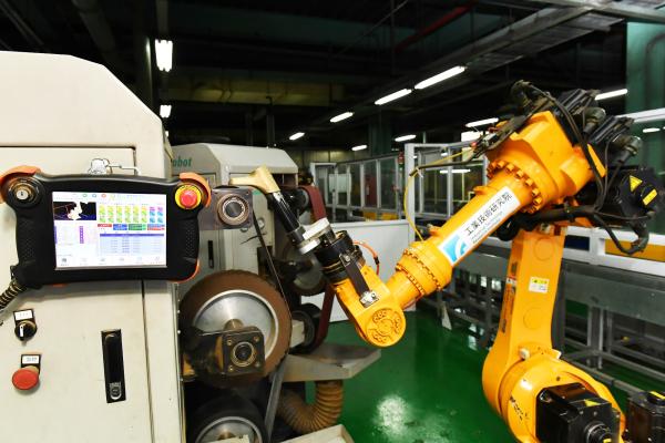第二代研磨機器人可依照軟體動態計算作旋轉,讓機器手臂與研磨機相互搭配,做到研磨100%零死角。