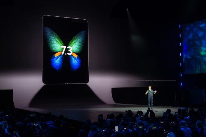 Galaxy Fold展開後具7.3吋螢幕(圖:AFP)