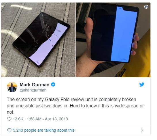 彭博記者展示手機損害情況。