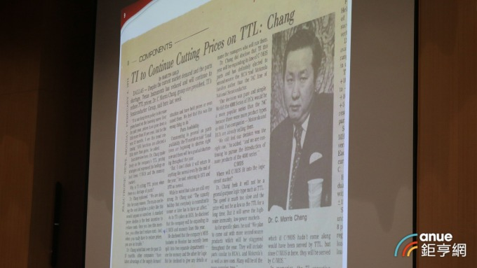 張忠謀秀出 40 年前報紙的舊照片。(鉅亨網記者劉韋廷攝)