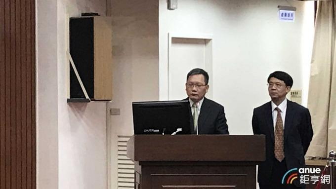 財政部長蘇建榮(左)、金管會副主委張傳章(右)今天到財委會備詢。(鉅亨網記者郭幸宜攝)