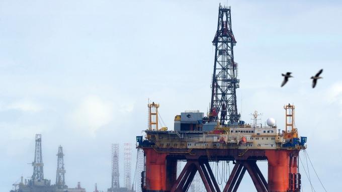 週一國際油價大漲。(圖:AFP)