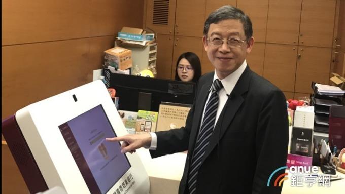 兆豐銀行副總經理陳國寶今(23)日也宣布推出全國首創的「智慧櫃員機(STM)」。(鉅亨網記者陳蕙綾攝)