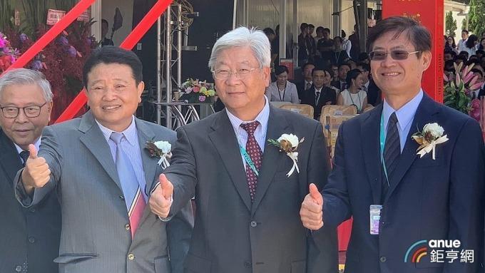 力成董事長蔡篤恭(右二)與總經理洪嘉鍮(右三)。(鉅亨網資料照)