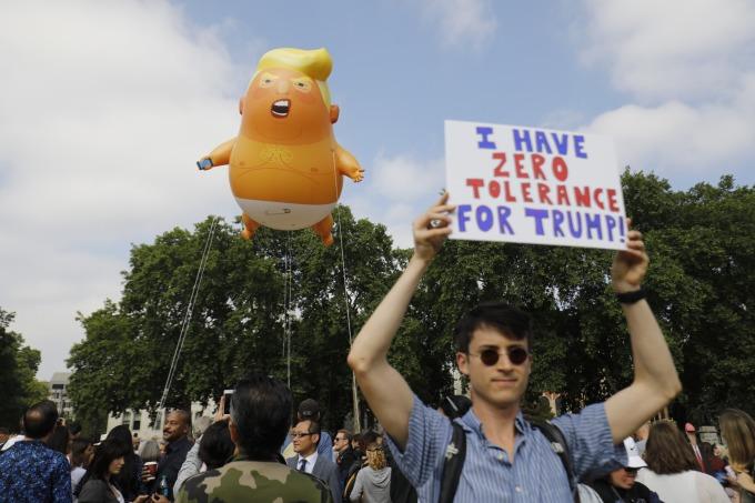 川普首度以美國總統身分出訪英國時,至少有60 場規模不一的抗議活動,在當地「迎接」他。(圖:AFP)