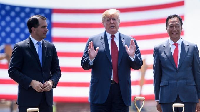 郭台銘(右)、川普(中) 與威斯康辛前州長Scott Walker(圖:AFP)