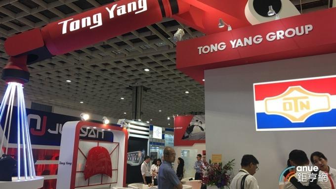 台北國際汽車零配件六合一展,東陽攤位以機械手臂為設計主軸。(鉅亨網記者王莞甯攝)