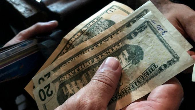 美元指數週三(24日)突破98 為近2年新高 (圖:AFP)