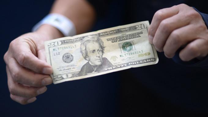 美元指數一路暴衝上看100 這對股市來說不是好消息。(圖:AFP)