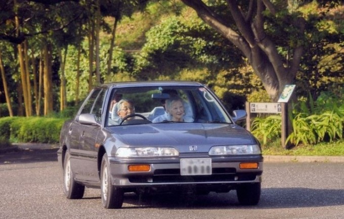 在東京皇居內駕駛愛車的日本明仁天皇及美智子皇后 (圖:日本宮內廳提供)