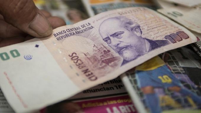 阿根廷披索跌到歷史新低。(圖:AFP)