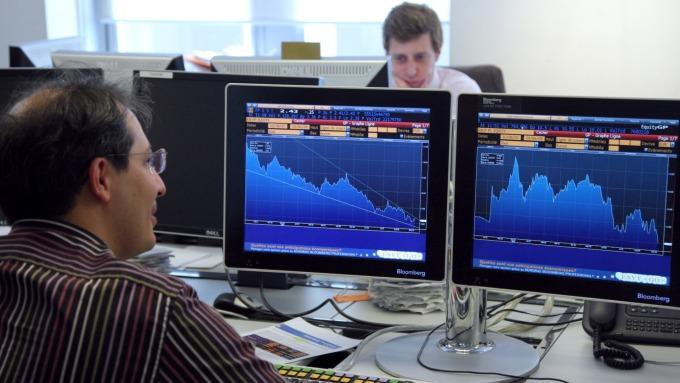 股票表現向來優於債券 但投資企業債券擁有債權保證和固定收益。(圖:AFP)