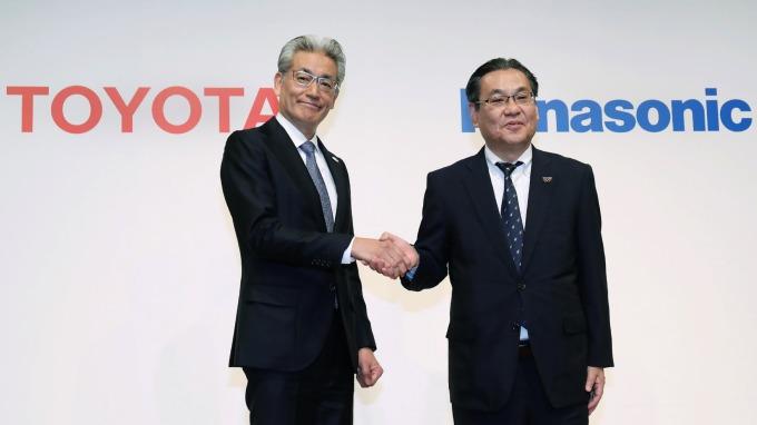 豐田汽車的白柳正義執行董事,以及Panasonic的北野亮常務董事 (圖片:AFP)
