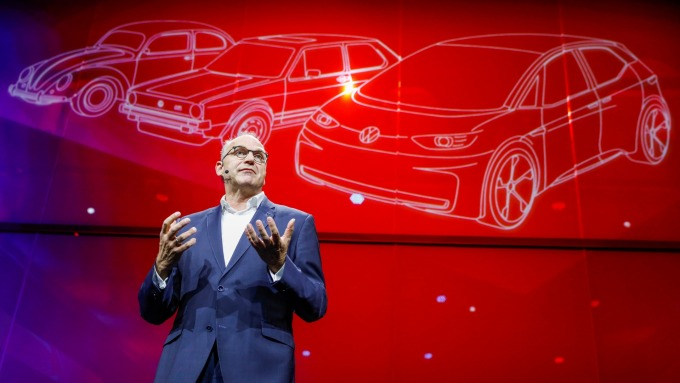 福斯汽車銷售總監Juergen Stackmann,在柏林宣布這項300億歐元電動車計劃(圖片:AFP)