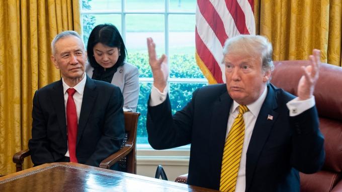 川普(右)與劉鶴(左)(圖片:AFP)