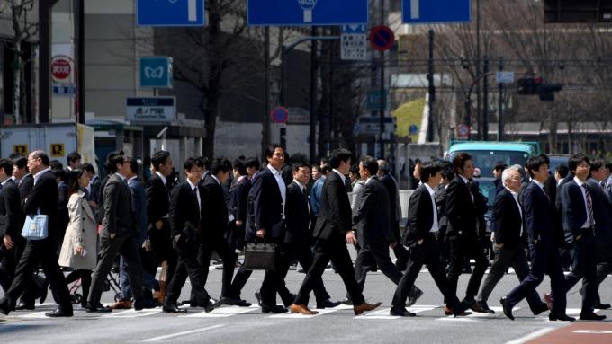 日本實質薪資創下2015年6月以來最大降幅 (圖片:AFP)