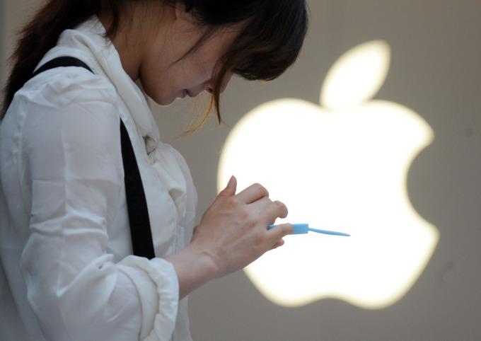 中國整體智慧型手機需求有所改善,4 月中國 iPhone 銷量降幅收斂。(圖片:AFP)