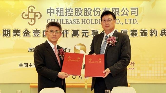 兆豐銀行蔡永義總經理 (右)與中租控股陳鳳龍董事長 (左)共同主持簽約典禮。(圖:兆豐銀行提供)