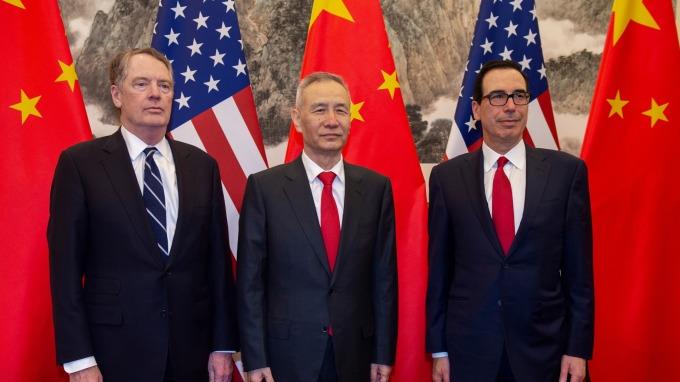 美國財政部長梅努欽(右)週三表示,新一輪美中談判將自北京展開。(圖片:AFP)