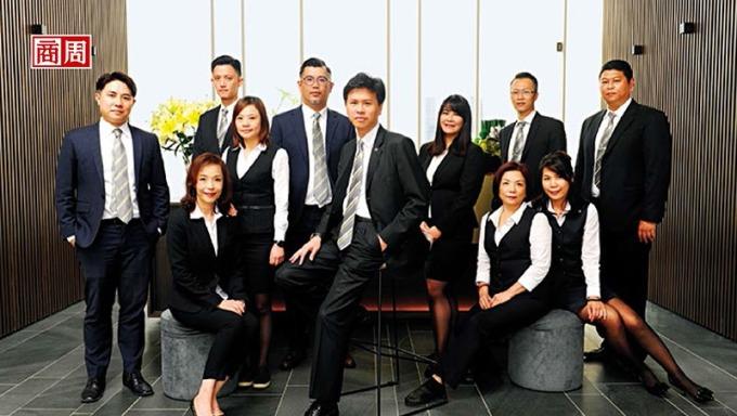 信義代銷總經理李少康(中)透露,掌握高達 3 萬筆、身價超過 1.5 億元的顧客資料,將是今年搶攻豪宅案的秘密武器。(攝影者.程思迪)