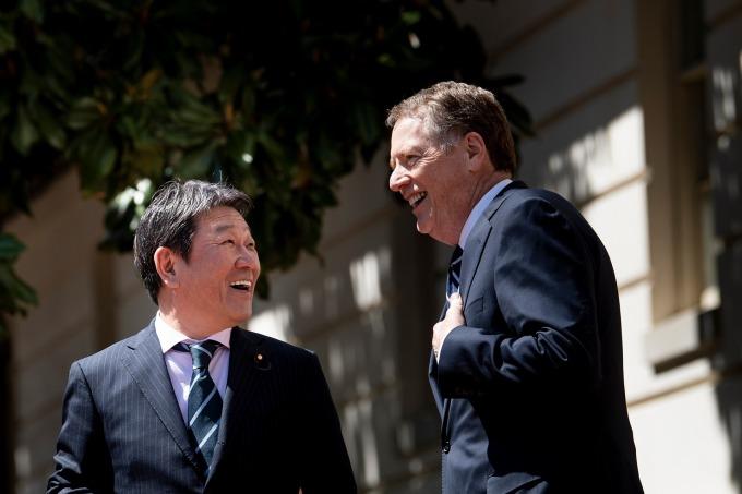 日本經濟再生擔當大臣茂木敏充與 USTR 代表萊特海澤 (資料照片) (圖片:AFP)